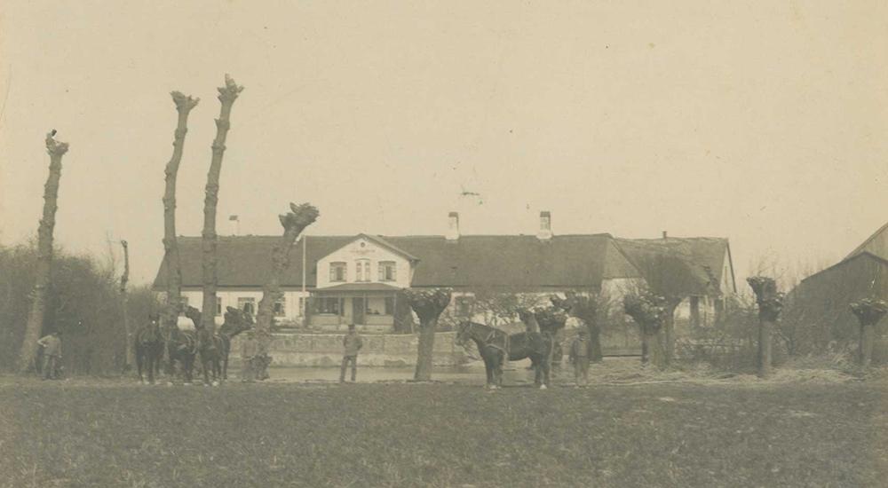 Billede af gården fra ca. 1910.